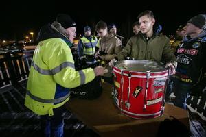 Ordningsvakterna kollar noga så att inget har gömts i klackens trumma.