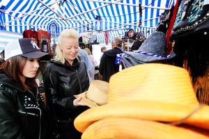 Marie och Victoria Dubreborg från Kungsör tittade på varsin cowboyhatt.