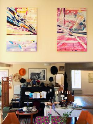 Konsten hänger bland caféinredningen och äldre möblemang i Vattrångs konsthall och Esters café. Här syns två målningar av Susanna Serrander.