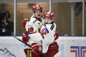 Jonathan Johnsson (till höger)gjorde 2+2 mot Almtuna.                                                                        Bild: Erik Mårtensson/TT
