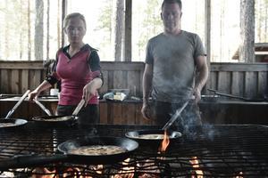 Pernilla Sundberg och Mikael Ullgren steker kolbullar.
