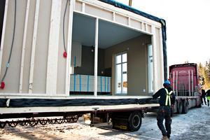 Nästa huskropp, med bland annat köket, väntar på att lyftas på plats