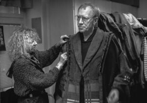 Ludvig Josephson etablerade Strindberg på den svenska teaterscenen. Här provar Max von Sydow kostym för att agera Gert Bokpräntare i Mäster Olof 1988. Bild: Jurek Holzer/TT