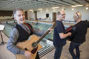 Johan B Andersson (gitarr) och Mats B Olsson (dragspel) underhöll på badhusinvigningen i Tillberga. I mitten P-O Gottberg, Tillberga Grannskapsservice.