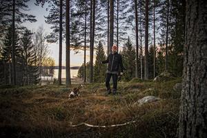 Silverkällans Brasse älskar att vara ute i skogen, nosa och träna jakt.