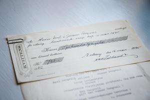 Kvittens för köp av tomtmark 1945. Köpet innefattar inte hela byggnaden. Priset var 723 kronor.