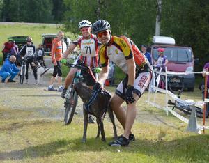 Therese Westfält från Östra Härjedalens Brukshundklubb inför starten i cykelklassen som hon överlägset segrade i.