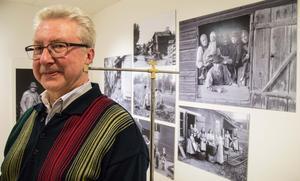 Nackspärr? Nänä, Lars Liss visar en  finess från fotografens ateljé. På tungt stativ finns ett stöd som skulle hjälpa folk att stå still, slutartiderna var långa.