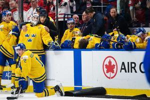 Sveriges spelare deppar efter finalförlusten (1–3) i JVM-finalen mot Kanada. Bild: Joel Marklund/Bildbyrån.