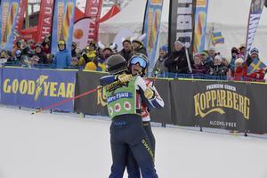 Trean Marielle Thompson kramar om Sandra Näslund efter målgång.