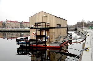 Det flytande huset har legat i hamnen sedan 2016. Nu är det till salu.