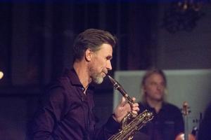 Saxofonisten Jens Comén är en starkt bidragande orsak till Hoven Drovens smittsamma spelglädje liksom trummisen Björn Höglund.