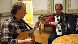 Kalle Sjöblom hade med sig en mandola medan Karl-Arne Gutafsson körde på det mer traditionella dragspelet. Båda kommer från Långshyttan.