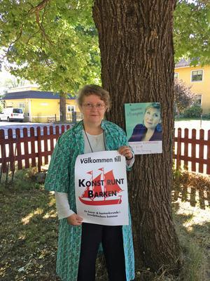 Anne Seppänen meddelar att man ska hålla utkik efter loggan hon håller i.