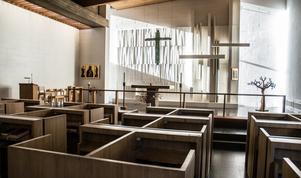 Kapellet får in ljus från söder genom dolda fönster längst fram där konstnären Dagmar Lodéns glaskrucifix hänger. 24 bås i furu ger avskildhet under mässorna.