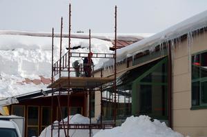 Stora mängder smält snö ställer till omfattande problem och medför risker.