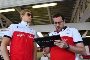 Marcus Ericsson tillsammans med sin raceingenjör Julien Simon-Chautemps. Foto: Sauber Motorsport