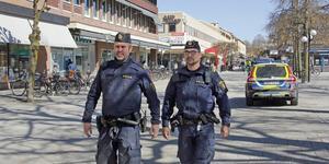Områdespoliserna Daniel Hedström och Erik Björklund fotpatrullerar varje arbetspass. Kontaktskapande är en viktig del av deras jobb.