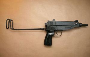 I garderoben hittades även automatpistolen av märket Scorpio samt ammunition. Foto: Polisen