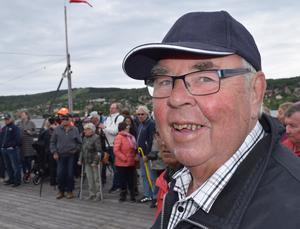 Pensionerade tunnbrödsbagaren Olle Borgefors var glad eftersom rök tyder på värme och kanske på tuttul.