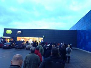 Utanför Systembolaget på Boglundsägen under måndagseftermiddagen.