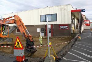 Arbetet med utbyggnaden av butiken i Sörberge är i full gång. Marken iordningsställs och går allting enligt plan så blir det invigning till våren.