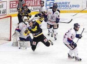 Studsar VIK tillbaka in på vinnarspåret? Svaret får vi runt 21.25 i kväll efter att Gulsvart och Marcus Jonsson (mitten) ställts mot Rögle på bortais i Skåne. FOTO: PER G NORÉN