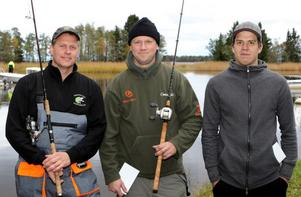 Det här är Babybell, laget som vann sportfiskeklubben Gårdskärs Pikes årliga gäddtävling.  Stefan Öhlander och Emil Andersson heter medlemmarna. Patric Carlsson, Gävle är den tredje på bilden och han vann pris för längsta gäddan. Elva båtlag med 24 deltagare tävlade.