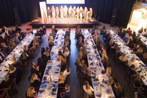 Till bords satte sig 275 personer i kulturhuset Glada Hudik på lördagskvällen.