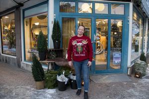 Jenny Lundgren har lagt ner mycket jobb för att pynta de många fönstren till butiken.