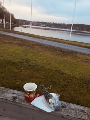 Varm glögg, pepparkakor i kaffefilter och en liten julklapp i form av en tomte till deltagarna i SKPF-pensionärerna avd 50:s promenader. Bild: Lena Jonsson.