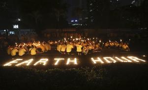 Mängder av levande ljus och nedsläckta byggnader i Indonesiens huvudstad Jakarta vid Eartt Hour för ett år sedan. I år utförs knappt några publika evenemang vid Earth Hour, men det ska uppmärksammas på andra sätt.