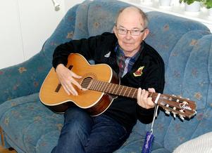 Fortfarande händer det att Thord plockar fram gitarren och spelar.