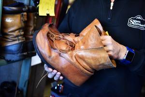 Kjell visar skor som ska fixas, och några som har fixats, och däribland fann man riktigt heta kunder såsom Tomten i Tomteland.