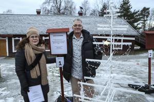 Maria Jernström och Hans Werner från Pontus Ericsson hade tillverkat en gran av bland annat överblivna gardinstänger.
