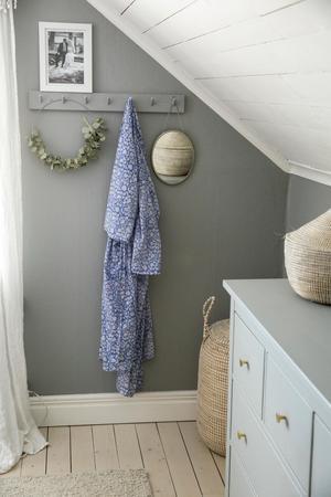 Vilsamt och enkelt dekorerat är hemmet , ofta med gröna inslag från snittblommor. Eller som här torkad eukalyptus sparad från en bukett.