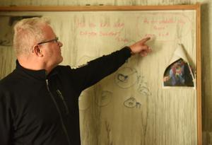 På en tavla inne på Pärs kontor har hans två döttrar skrivit en hälsning till honom som stått där i flera år.
