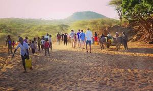 I området Ol Donyiro, där eleverna skulle hjälpa till med att odla, men det var sådan brist på vatten, därför gick inte det. Istället kom elefanterna nära i jakt på vatten och eleverna fick se vilda elefanter. – Det var helt annorlunda än att se elefanter på tv, det kändes overkligt, säger Hannes. Foto: Privat