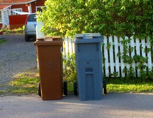 På sikt kommer det att se ut så här utanför Säterbornas hus: En brun tunna för matavfall och en grå för brännbart. Men först ska de gröna tunnorna slitas ut.