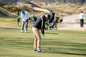 Ingen golftävling, men ökade möjligheter till golfspelande. Golfköpingsmästaren tvingas ställa in årets tävling, men lämnar inte traktens golfspelare lottlösa.