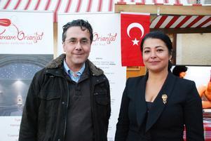 Turkiska ambassadens andresekreterare Ersoy Yilmaz och Ülkü Akyüz Ulfner.