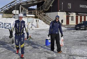 Landslagstränarna Mattias Nilsson och Fredrik Uusitalo på väg till lunch efter att av många pass, men det första i sol och på kall snö.