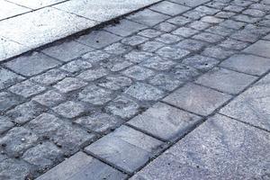Den mindre gatstenen med ojämn yta har satt sig för mycket och orsakat skarpa kanter i körbanan.