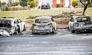 21 april. Efter tre helt uppbrända bilar och en fjärde brandskadad var polisens gällande teori att det varit frågan om en anlagd brand. Ludvikapolisens utredningschef, Pär Israelsson, påpekade att det inte fanns något som tydde på att någon av bilarna börjat brinna av sig själv.