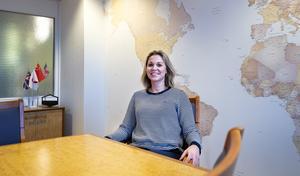 I konferensrummet har de bevarat Ericssons möblemang och flaggorna berättar Fastpartners Terese Bergqvist.