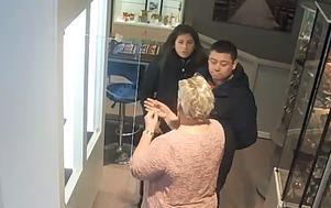 Polisen försöker nu identifiera paret. Bilden är  från övervakningsfilmen.