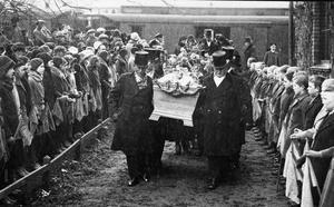 Tusentals sörjande följde Erik Axel Karlfeldts kistas färd mot begravningsceremonin i Storkyrkan i Stockholm den 12 april 1931. Att en svensk poet i dag skulle få en liknande folklig uppmärksamhet vid sin död är fullständigt otänkbart. Foto: Pressens Bild