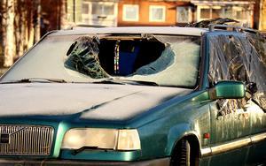 Krossad ruta på en av skrotbilarna i Fränsta.