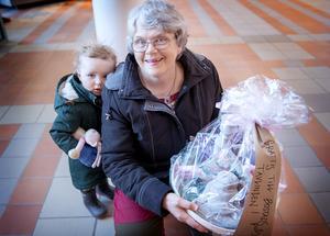 Karin Larsson och barnbarnet Klara, 19 månader, fick ta emot första priset i tävlingen