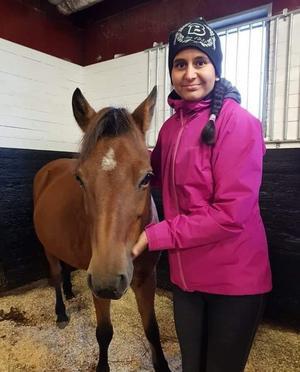 Linnéa, här med hästen Bella, stortrivs med jobbet på Bergsåkers travskola.